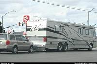 Oufti ! (exclamation typiquement liégeoise), ce camping-car est énorme ! Le véhicule à l'arrière fait partie du convoi, il est tracté par l'engin...