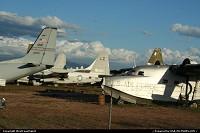 Divers avion militaire retires du service conserves dans le desert.