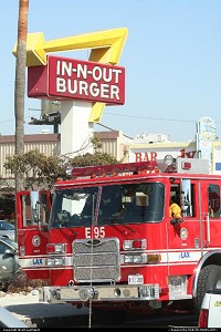 Los Angeles : A wonderful, massive firetruck. Firemen were there to have a break and a nice, all american lunch at the In-N-Out restaurant, near Los Angeles International Airport (LAX).