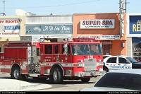Le fameux camion de pompier Américain, non loin de l'Aéroport International de Los Angeles -LAX- Une voiture de police également en arriére plan.