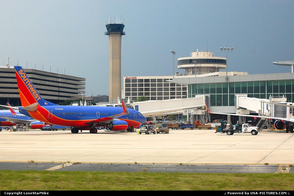 Picture by LoneStarMike:TampaFloridaairport, terminal