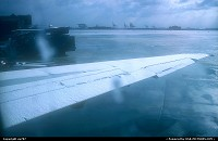 New-Jersey, Defrosting of a Northwest Douglas DC.9-51 on an early and cold morning from the passenger's perspective. It took more than an hour to clear the old girl of the layers of ice. Afar, some of the harbour's gigantic cranes provide for the skyline