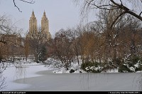 New york : Central Park after the December 2009 blizzard. Frozen pond, snow and sunny Sunday. New York city is a great place to enjoy the winter in the Sates!