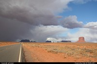 Hors de la ville : bad weather approaching Monument Valley...
