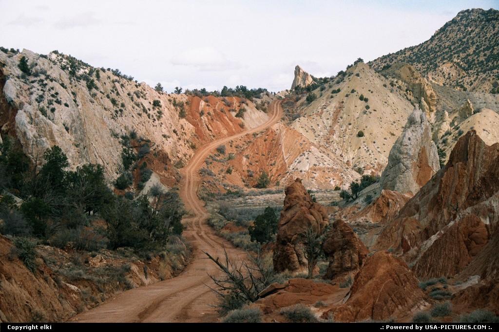 Picture by elki:Utahunpaved road