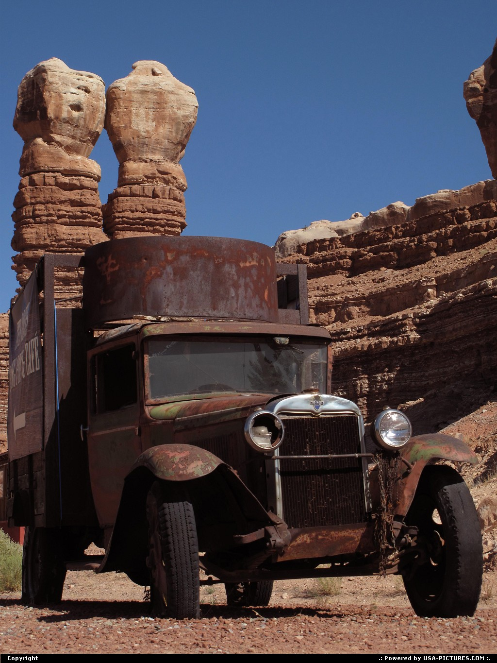 Picture by Parmeland: Bluff Utah   OLD CAR