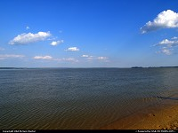 Williamsburg : Colonial Parkway, beach along the James River near College Creek, outside Williamsburg, Virginia, USA.