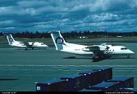 Deux DeHavillandCanada Dash 8-200 d'Horizon Air quittent une des zones réservées à l'aviation régionale de Sea-Tac/Seattle Tacoma en se precipitant vers les pistes. Compagnie à vocation régionale depuis ses débuts, Horizon Air en est la filiale spécialisée d'Alaska Airlines, qui a également son siège social à Seattle.