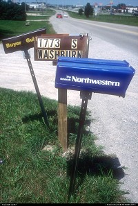 Not in a city : En route from Milwaukee to Oshkosh through route 41, with numerous stops in between. By adding their owns to the classic but weather and time beaten regular mail box, two periodicals showed what was recieved at this adress in addition to standard letters.